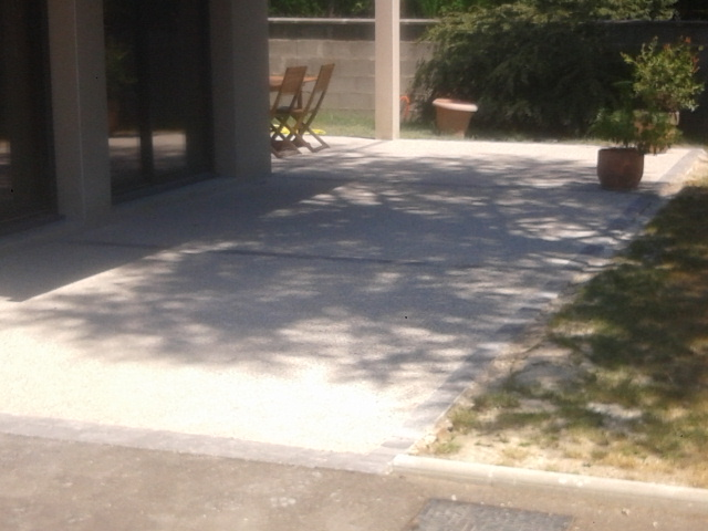 Terrasse en béton désactivé avec bordures